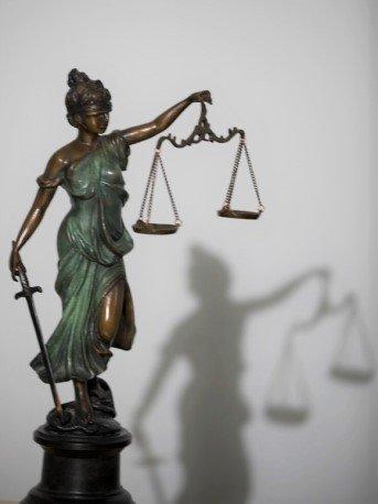 vrouwe justitia met schaduw